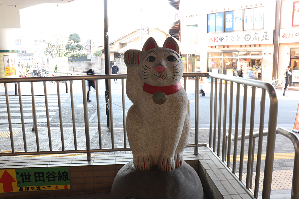 Maneki Neko in front of Gotokuji station