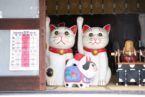 Imado shrine big couple lucky cat stone in Asakusa Japan